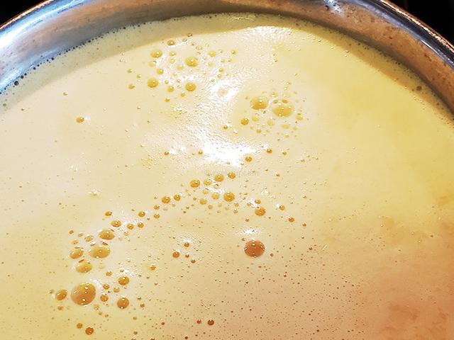コーンクリームスープに牛乳・生クリーム・豆乳などを加える